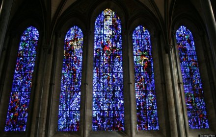 o-SALISBURY-CATHEDRAL-STAINED-GLASS-WINDOW-900